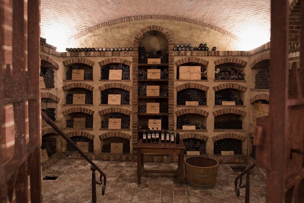 Matteo Correggia Flaschenlagerung im Weinkeller