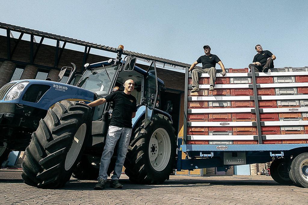 Pescaja Beppe und Mitarbeiter vor Traktor und seinem Betrieb