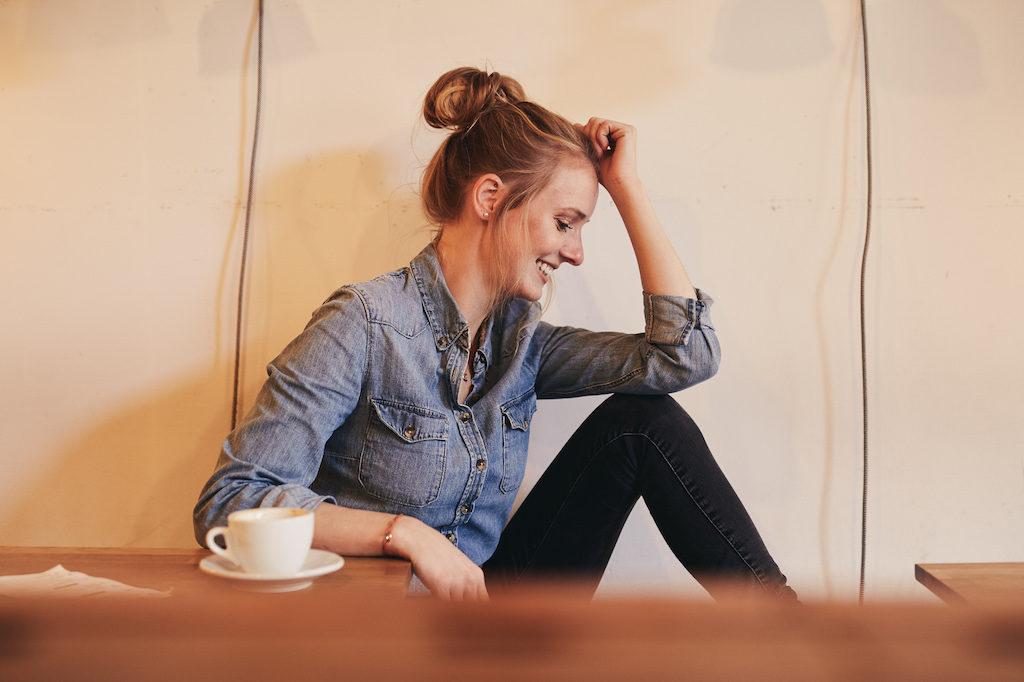 Juliane Eller am Tisch mit Kaffee